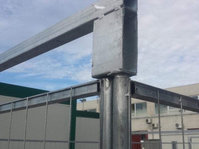 particolare porta recinzione metallica centro scaffalature